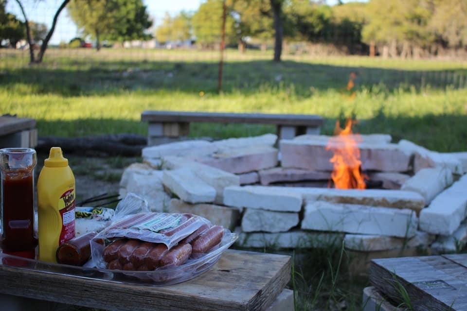 pozo de fuego con un paisaje rural